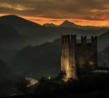 http://www.visitpinecembra.it/var/pinecembra/storage/images/_aliases/theme_holiday_small_image/5/8/4/0/485-3-ita-IT/castello-segonzano-tramonto.jpg - RP5